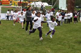 Esős sportfesztivál SOS gyerekekkel, olimpikonokkal, futókkal és bringásokkal