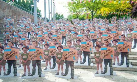 Szülők nélkül élő gyerekek Budapest terein – elindult az SOS Gyermekfalvak anyák napi kampánya